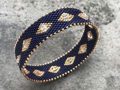 DIY peyote bracelet made of braided bracelet with Miyuki Delicas beads - Tutorial DIY bracelet bracelet weave peyote circular with Miyuki Delicas beads - Armband Diy, Peyote Beading, Diy Bracelet, Beaded Bracelets Tutorial, Beaded Bracelet Patterns, Woven Bracelets, Jewelry Patterns, Necklaces, Bracelets