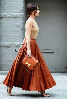 Look at all those pleats! New York Fashion Week Street-Style Hermes New York Fashion, Fashion Week Paris, Fashion Weeks, London Fashion, Street Fashion, Foto Fashion, Trendy Fashion, Fashion Trends, Simply Fashion