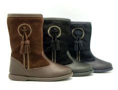 Tienda online de calzado infantil Okaaspain. Calidad al mejor precio fabricado en España. Bota de piel y serraje con borlas.
