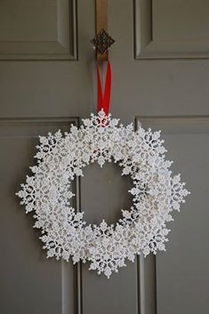 Try these amazing DIY Dollar store Christmas decor ideas! Best dollar store Xmas… Try these amazing DIY Dollar store Christmas decor ideas! Christmas table and tree decorating ideas for you! Noel Christmas, Simple Christmas, Christmas Wreaths, Beautiful Christmas, Christmas Dishes, Winter Wreaths, Crochet Christmas, Hama Beads Christmas, Christmas Ornaments