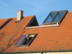 This lift-sliding window has a unique opening mechanism and can be integrated almost flush into the roof surface.