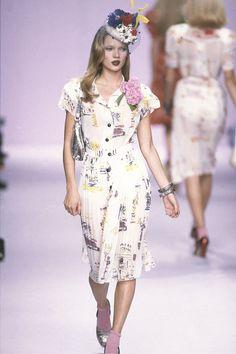 Kate Moss au défilé Anna Sui printemps-été 1995 http://www.vogue.fr/mode/cover-girls/diaporama/kate-moss-15-annees-sur-les-podiums/4533/image/372188#anna-sui