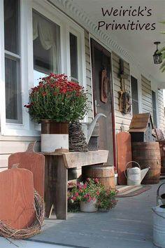 Country Front Porches, Rustic Porches, Cabin Porches, Diy Balkon, Porch Bench, Porch Chairs, Primitive Homes, Primitive Fall, Primitive Country