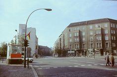 Berlin-Mitte, Wilhelm-Pieck-Straße. Straßenbild Ecke Chausseestraße / Friedrichstraße, 1982 | Foto: Gerd Danigel
