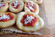 Un classico dello street food napoletano le pizzelle fritte  http://blog.giallozafferano.it/antonellaincucina/pizzelle-fritte-alla-napoletana/