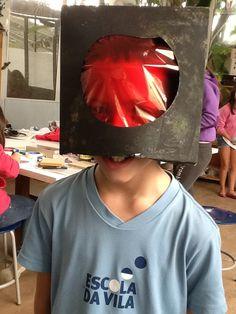 Uma cabeça de robô farol vermelha de um lado e verde do  outro  Arte por:Felipe c