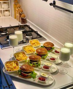Party Food Platters, Think Food, Food Displays, Snacks Für Party, Food Decoration, Food Goals, Cafe Food, Aesthetic Food, Food Cravings