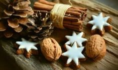 In Western culture, what's the most important Christmas food? The Christmas cookie! There are entire baking competition TV series about the creation and decoration of Christmas cookies. Cinnamon Biscuits, Cinnamon Cookies, Cinnamon Sticks, Diy Lip Plumper, Veggie Christmas, Christmas Meals, Christmas Trees, Merry Christmas, Christmas Decorations