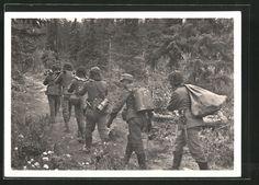 old postcard: AK Kampf d. SS-Gebirgsdivision Nord in Karelien, SS-Soldaten als Essenträger auf dem Weg nach vorn
