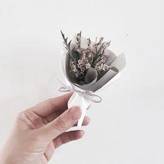 So kiuuu Hand Bouquet, Dried Flower Bouquet, Diy Bouquet, Dried Flowers, Flora Flowers, Tiny Flowers, Pretty Flowers, Gift Wraping, Single Rose