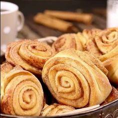 Vain yksi vilkaisu tähän ohjeeseen, enkä aio enää koskaan leipoa korvapuusteja samalla tavalla Sweet Pastries, Sweet And Salty, Wine Recipes, Apple Pie, Sweet Recipes, Sweet Tooth, Bakery, Deserts, Food And Drink