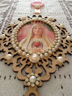 Resultado de imagem para escapulario de porta em mdf Catholic Crafts, Catholic Art, Religious Art, Fun Crafts, Diy And Crafts, Arts And Crafts, Baptism Gifts, Angel Art, Wooden Crafts