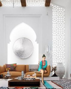Morrocan style interior design - Characterized by intricate carvings, arched doorways, and colorful fabrics. i really wanna live in here forever <3