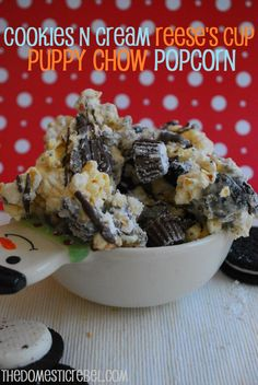 Cookies n Cream Reese's Cup Puppy Chow Popcorn -- an addictive popcorn and muddy buddy hybrid that is irresistible!