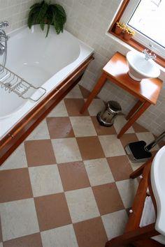 Kurktegels in de badkamer. Door Karin