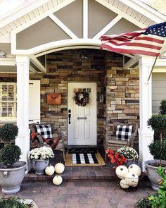 30 Comfortable Front Porch Design And Decor Ideas Adorable 30 komfortable Veranda Design und Dekor-I Small Front Porches, Farmhouse Front Porches, Front Porch Design, Small Patio, Small Terrace, Porch Designs, Small Porch Decorating, Decorating Ideas, Decor Ideas