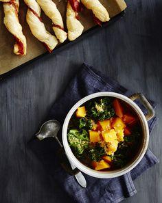 Kvinoa tuo ruokaisuutta tomaatti maustettuun kurpitsakeittoon.