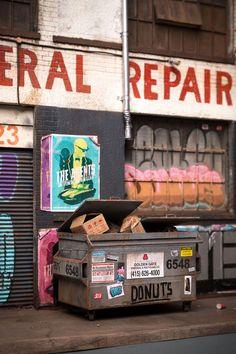 """Depois de 16 anos fazendo stencils e mais quatro coordenando uma galeria de arte em Adelaide, Austrália, o artista australiano Joshua Smith decidiu que era o momento de se dedicar a algo novo. Ele começou a se aperfeiçoar na arte das miniaturas, e vem reproduzindo cenários urbanos com um realismo impressionante.   Inspirado pelo estilo """"en..."""