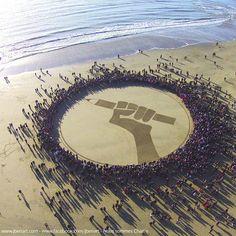 Taguez un max d'amis au nom de la #solidarite - tag your friends in the name of #solidarity #jesuischarlie #noussommescharlie #charliehebdo #rassemblement #hommage #liberte #expression #beach #art