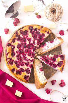 Krémový cheesecake s bielou čokoládou, trochou maku a malinami Dessert Cake Recipes, Cheesecake Recipes, Kinds Of Desserts, Fun Desserts, Pastry Recipes, Baking Recipes, Delicious Fruit, Yummy Food, White Chocolate Raspberry Cheesecake