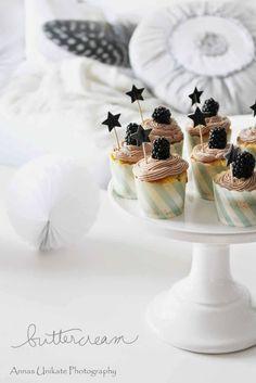 Vanille-Cupcakes mit Brombeeren