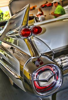 Cadillac Tail-fin 1959 Cadillac -one if the most amazing cars ever made. Those fins. So hot Cadillac -one if the most amazing cars ever made. Those fins. So hot . Cars Vintage, Retro Cars, Antique Cars, 1959 Cadillac, Maserati Ghibli, Cadillac Eldorado, Up Auto, Automobile, American Classic Cars