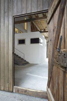Das Architekturbüro ab.rm integrierte ein modernes Wohnhaus in eine denkmalgeschützte Scheune .