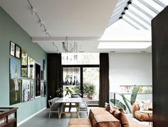 Appartement-romantique-toit-fenêtre-a-salon-sofa-chaises-salle-à-manger
