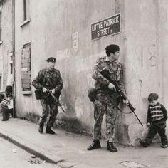 Belfast, 1973: un niño irlandés, de camino a la casa de su amigo, se encuentra a los soldados británicos. #encuentroinesperado #británico #belfast #casadeunamigo #1973 #niñoirlandés #camino #soldados http://www.pandabuzz.com/es/imagen-historica-del-dia/belfast-1973