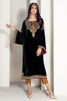 Green velvet shirt with heavy work on neckline, borders and sleeves. Comes with jamawar pants and tissue dupatta. Velvet Pakistani Dress, Pakistani Dresses Party, Pakistani Fashion Party Wear, Pakistani Wedding Outfits, Indian Party Wear, Pakistani Dress Design, Indian Designer Outfits, Designer Dresses, Velvet Dress Designs