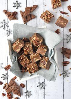 Pecan-karamel chocoladefudge (Laura's Bakery) Cookie Desserts, Fun Desserts, Candy Recipes, Sweet Recipes, Oh Fudge, Candy Bark, Homemade Sweets, Chocolate Treats, Brownie Bar