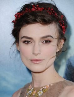 Keira Knightley The British beauty looked positively enchanting with subtle rose gold eyes, and a romantic headpiece at the Los Angeles Film Festival in June. Keira Knightley Makeup, Kira Knightley, Rose Gold Eyeshadow, Rose Gold Makeup, Make Up Looks, Bridal Makeup, Wedding Makeup, Bridal Hair, Celebrity Outfits