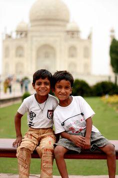kids in Taj Mahal South Korea Photography, Indian Photography, Children Photography, Indian Face, Amazing India, News India, People Around The World, Beautiful Children, Taj Mahal