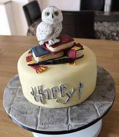 harry potter book cake with dobby and snitch Baby Harry Potter, Harry Potter Book Cake, Harry Potter Fiesta, Gateau Harry Potter, Harry Potter Birthday Cake, Harry Potter Baby Shower, Harry Potter Food, Harry Potter Cosplay, Harry Potter Cupcakes
