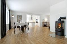 Denne Zaraen har et tilbygg. I denne løsningen har de satt kjøkkenet i tilbygget, med åpen løsning inn til spiseplass og stue. Zara, Table, Furniture, Home Decor, Decoration Home, Room Decor, Tables, Home Furnishings, Home Interior Design