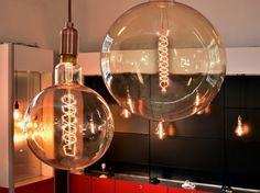 Des ampoules dénudées pour magnifier un espace