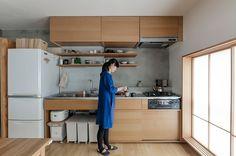 キッチンはとれる範囲で横幅を長く、奥行きを深くした。シンクも90cm程あり使いやすいとのこと。水切りカゴはシンク内に落ちるように独自に設計。上の収納にはエアコンを内蔵している。