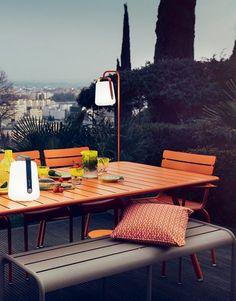 idee jardiniere terrasse ete deco eclairage en deco orange pour des diners en extérieur éclairé avec une vue sur la ville