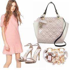Questo abitino in rosa quarzo, tenero e caramelloso ha un volà nella parte bassa e piccoli ricami alle maniche e al collo. E' il colore di tendenza di questa primavera/estate che incalza e quindi non può mancare nel guardaroba delle fashioniste.