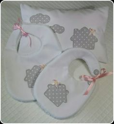 Conjunto gris de Baberos y Cojín de casitas. Cushion and bibs.