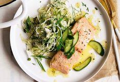 Pochierter Butter-Lachs mit Kraut-Fenchel-Salat und Gurke