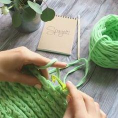 Ponto lindo para aprendermos, ótimo para fazer #bolsadecroche se vc fizer com uma agulha mais fina, as carreiras ficam bem juntinhas, fica lindo!!!!! #bolsadefiodemalha #repost #fiodemalha #fiosdemalha #trapilho #trapillo #trabalhomanual #croche #crochet #handmade @spagetti.spb