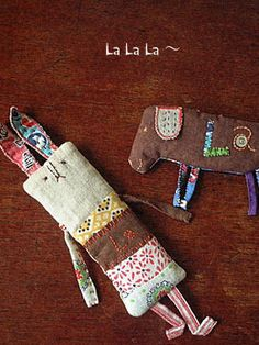 Love the scrape/ simple fabric animals and dolls.                                                                                                                                                                                 Más
