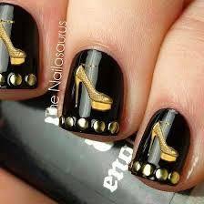 Uñas decoradas en dorado y negro