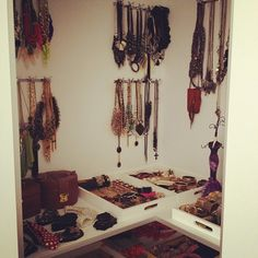 I want an accessories closet like that! Dream Home Design, House Design, Dressing Room Design, Home Organization Hacks, Do It Yourself Projects, Dream Catcher, Create, Interiors, Closet