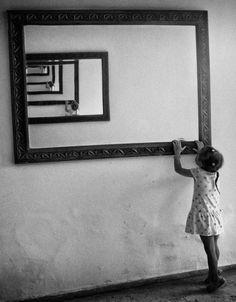 La mise en abîme consiste à incruster une image en elle-même, un motif dans le motif lui-même, etc.  L'idée d'abîme renvoie à un gouffre insondable. Et c'est bien ce qui se passe quand, par exemple, on se regarde, face à un miroir en ayant également un miroir derrière nous. Notre image se multiplie alors à l'infini.