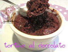 Il tortino al cioccolato veloce al microonde èun goloso intermezzo che vi toglie la voglia di dolce,quando non avete a disposizioneil tempo per fare un