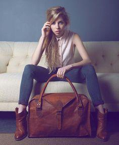 #Grote #bruine #leren #reistas met mooie grote #gesp en stijlvolle, bijzondere #rand. #big #leather #bag #travelbag #brown