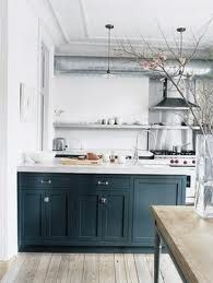White kitchen with dark blue cabinets the home of Jenna Lyons Home Kitchens, Kitchen Remodel, Kitchen Inspirations, New Kitchen, Kitchen Interior, Interior Design Kitchen, Modern Farmhouse Kitchens, Apartment Kitchen, Modern Kitchen Design