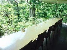 東京には都内とは思えないほど緑に囲まれた庭園があります。自然に囲まれながら過ごす静寂の時間を味わってみませんか?今回はおすすめ5選をご紹介します。どこも緑が美しい庭園に、美味しいカフェがあります。今回は都会のオアシス「NEZU CAFE(根津美術館)」@表参道、「カフェ・ド・パレ(東京都庭園美術館)」@目黒、「バンブー(シェラトン都ホテル東京)」@白金台、「古桑庵」@自由が丘、「日比谷松本楼(洋食グリル・ガーデンテラス)」@日比谷をご紹介します。 Cafe Design, Interior Design, Garden Cafe, City Buildings, Cafe Restaurant, Staycation, Tokyo, Architecture, Places